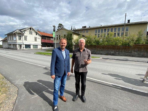 HYBLER: Ordfører Ole Erik Hørstad og eks ordfører Ole Gustav Narud foran bygningene i Rena nord som skal rives for å gi plass til det store hybelprosjektet.