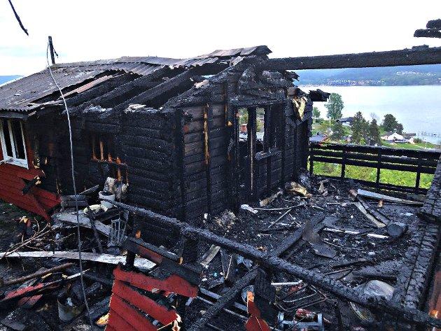 22.mai ble denne hytta i Sande totalskadet i brann. Til nå i år har landets brannvesen håndtert mer en 60 branner i fritidsboliger, i snitt betyr det at det brenner i en fritidsbolig hver tredje dag i Norge, melder Vestfold Interkommunale Brannvesen.