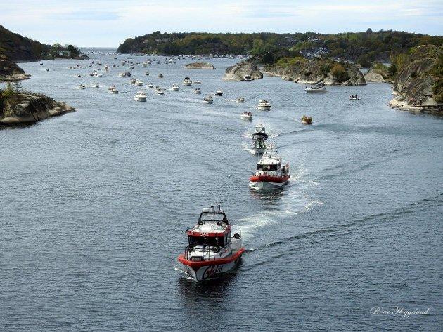 I Røssesund kan det fort bli trangt om plassen om sommeren. Dette bildet er riktignok fra en annen anledning enn midt i juli.