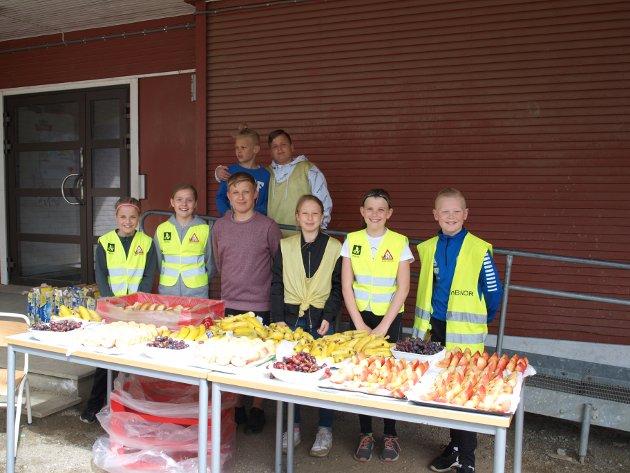 Elevrådet: Elevrådsrepresentantene delte ut frukt og boller. Foran fra høyre står Theo Andre Stenberg (11), Maren Jordet (11), Frida Rønningen (13), Aleksander Nordberg (12), Elise Trinborg (12), Ada Stubberud (9), og bak f.h. står Skender Krasniqi (12) og Max Stalsberg (9).