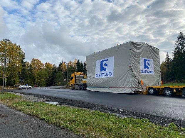 Fosby Kran gjennomførte natt til i torsdag en spesialtransport fra Slåttland Mekaniske Industri på Rudskogen, til Hafslund Kai i Sarpsborg. Klokken 23:00 eksakt beveget den nesten 200 meter lange kolonnen seg mot Sarpsborg. Den besto av én bil med lasten på, i tillegg til seks følgebiler, to politibiler og fem biler fra Omexom, One Call og Relacom.