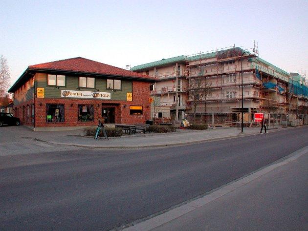Under bygging: I 2002 skrev RA at vinmonopolet skulle flytte inn i Storgata 17. Samtidig ser vi at Storgata 19 var under bygging.