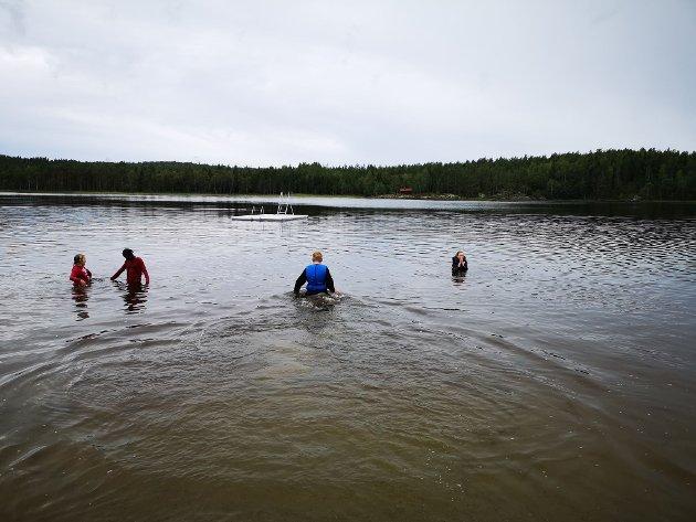 SØRGET FOR SVØMMEUNDERVISNING: Da svømmehallen var stengt kastet Kirkeng skole seg rundt og ordnet istand svømmeundervisning for elevene i Kolbjørnsviksjøen.