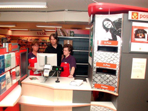 2002: Post i butikk Degernes, Marit Vestli, Kristoffer Gimle Andersen (fra posten), Tove Bruncell