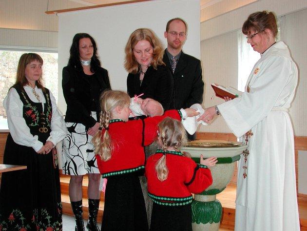 Dåp: Generasjonsgudstjeneste i Menighetshuset på Holøsåsen i 2004.