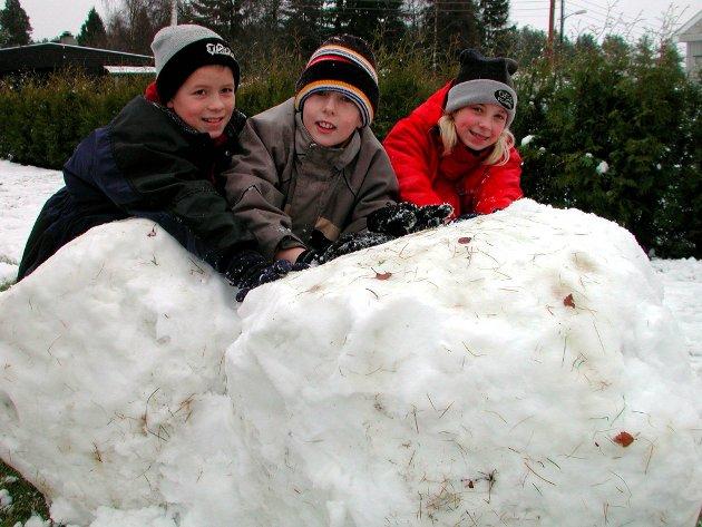 Lek: Christer Andersen, Ivar Lundeby og Eileen Kristiansen koser seg med årets første snø i 2003.