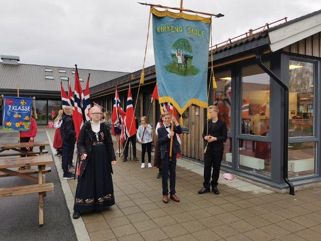 17. mai-feiring: Elever og lærere ved Kirkeng skole feiret 17. mai på forskudd.