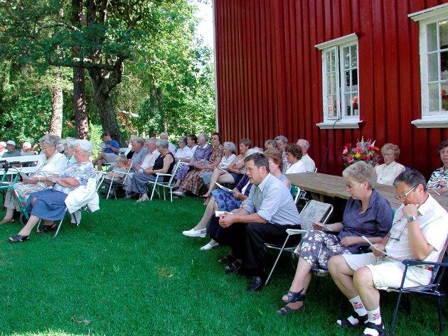 Under åpen himmel: Gudstjeneste i det fri på bygdetunet i 2003.