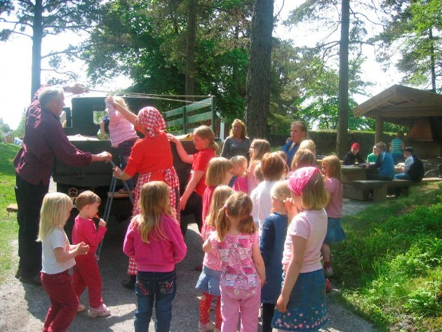 På bygdetunet: Barn fra Musikktrollet barnehage koste seg ute i sola i 2005.