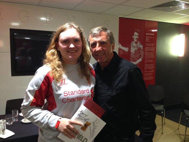Cecilie Bjørkan fra Åga lever drømmelivet i Liverpool. Her møter han legenden Alan Kennedy.