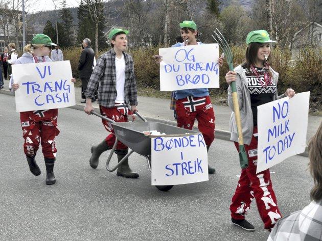 FJØSRUSS: Med grønne Felleskjøp-luer på hodet støttet russen bøndenes kamp.