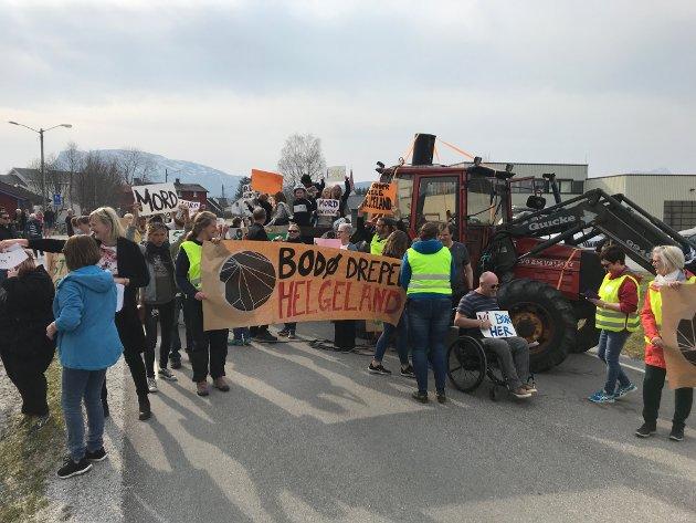 """""""Bodø dreper Helgeland"""" er et av slagordene. Veien ble stengt av traktor og mange mennesker."""