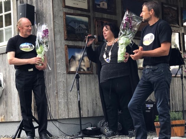 Arild og Oskar Inderdal holdt opp snora, mens ordfører Christine Trones klippet over og åpnet Servicebygget.
