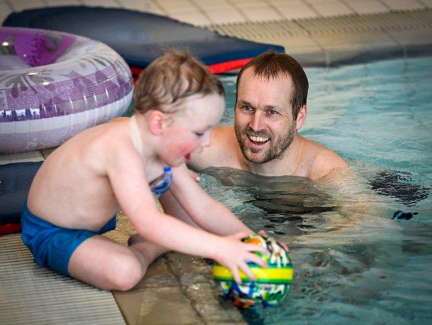 Øystein Heyer og sønnen Jens (3) tilbringer noen fine timer i bassenget på starten av vinterferien.