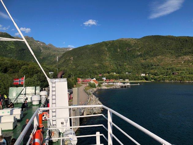 Her går Skutvik fra kai i Oldervika i Sørfjorden i sommer.