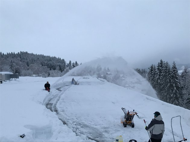 Firmaet 2gode AS i full sving på taket i Moelv Næringspark med beltegående snøfreser. 10 mann jobbet der natt til torsdag.