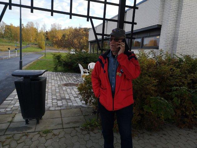 KONTROLL: Leder i Brumunddal Turmarsforening, Knut Hovde, sto i startområdet og forklarte deltakerne hvor løypene gikk. Her tar en telefon for å sjekke at alt er underkontroll på drikkeposten ved Hempa skole.