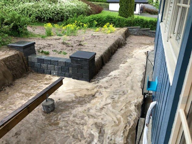 Kraftig flom: Vannet herjet kraftig i eiendommer i Aspelivegen i Moelv onsdag kveld.