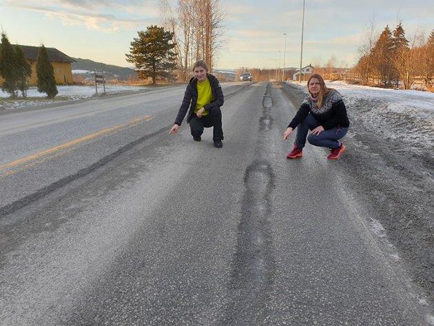 Dårlig veg: - Det er en skam å betale bompenger på sideveiene og spesielt på en vei som er så nedslitt som fylkesvei 84. Det skriver Anna Marie Johnsen og Marit Ophus