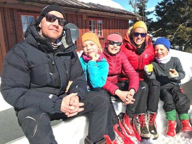 Fornøyd: Erik Mæhlum og Christine Momrak synes det er stor stas å ha påskeferie sammen med Sofie, Lilly (med briller) og Lars.