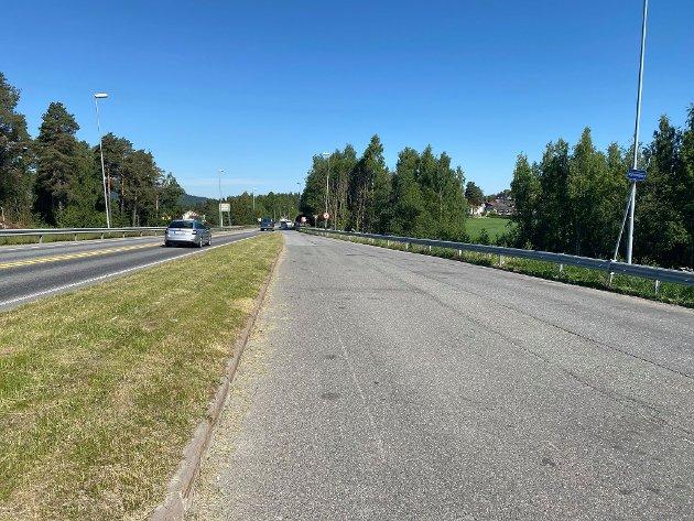 Til Gjøvik: Hit må du gå, på den gamle bomsstasjonen ved E6, om du vil ta buss fra Moelv til Gjøvik. Det er uholdbart, mener Ringsaker Blad.