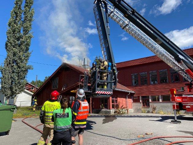 Store styrker fra både brann, ambulanse og politi rykket ut til lørdagens brann på Kilde skole i Moelv.