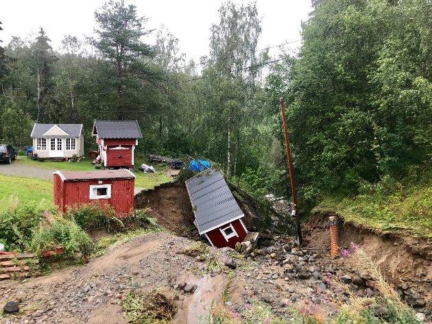 TATT AV VANNMASSENE: I Spikdalsvegen ble et uthus tatt da vannet fosset fram i august 2019.