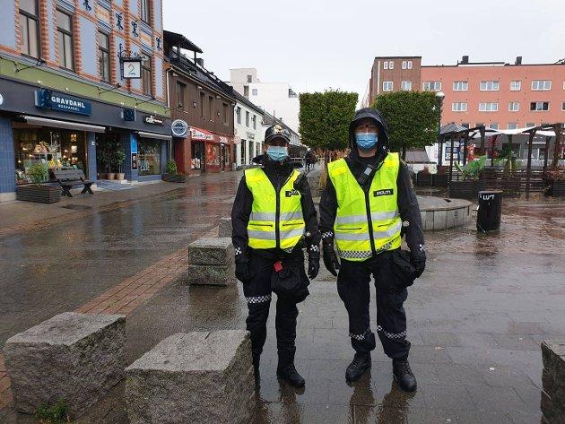 POLITI: Slik ser det ut i Hamar i forkant av demonstrasjonen. Det er et stort politioppbud.