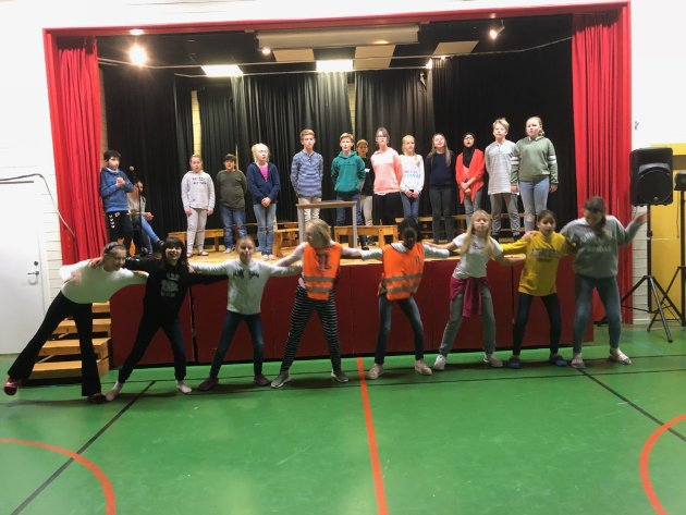 PÅ SCENEN: Eikli-elevene har forestilling i skolens gymsa.