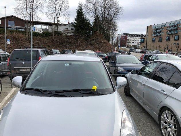 I FELLA: Dårlig skilting gjør at mange ilegges parkeringsgebyr, mener Ellen Sandberg
