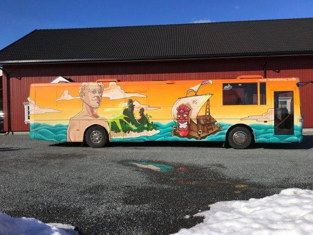 Russebuss: Motivene er mange. De fleste bussene i bildeserien har Børge Brekke malt sammen med «TES,» for Asker Farvehandel.