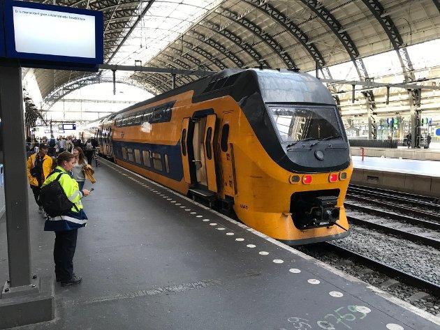 Et toetasjes Bombardier VIRM IV-tog på Leiden Centraal, Nederland. Det har 38 prosent flere sitteplasser enn hvert av de like lange norske lokaltogene av typen Stadler Flirt type 75. Med ståplasser vil doble VIRM IV-togsett på Ringeriksbanen gi en kapasitet på 450.000 passasjerer pr. døgn fra Hønefoss til Sandvika.