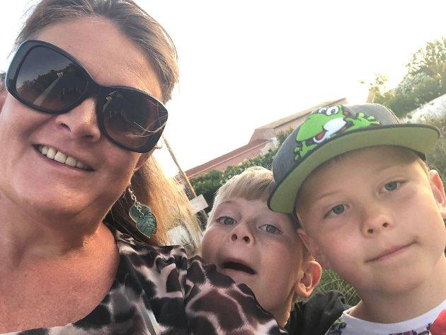 PÅ FERIE: Camilla Svanøe synes charterturer har en egen sjarme. Her sammen med sønnene Greger og Eilert.