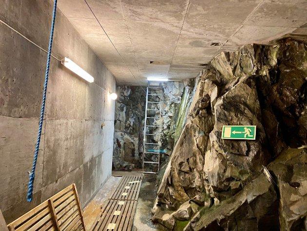 NØDUTGANG: Det er både trapper og heis ned i det som går 44 meter fra topp til bunn. Men det er også nødutgang som er lagt i tunnel og sjakt opp igjen til overflaten. I et eventuelt stummende mørke kan det blå tauet, festet til en vaier i taket, lede deg gjennom gangen til flere etasjer med stiger - og ut i friluft.
