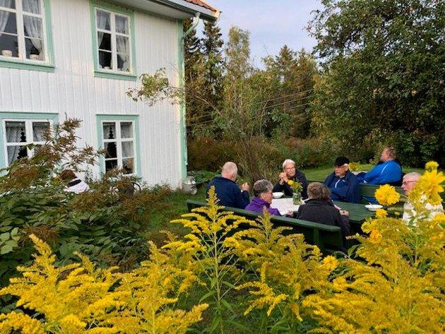 Servering og hyggelig prat i den gamle hagen