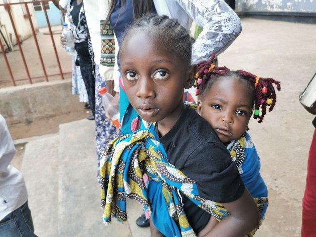 Storesøster og lillesøster på tur med mor