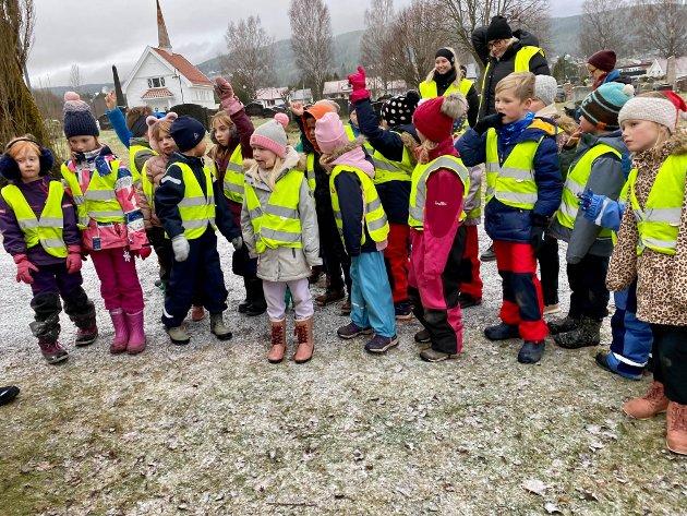PÅ BESØK: Andre trinn fra Bergerbakken skole var ivrige deltagere da de besøkte julekrybba ved Randsfjord kirke.