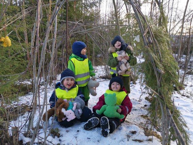 """Oppe i skogen ved Ullerål barnehage leker barna med dyrene fra eventyret """"Skinnvotten""""."""