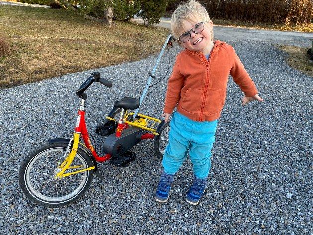 RAMPEGUTT: Herman liker å sykle. Nei, han elsker det! Men av og til glemmer han å si fra til mamma og pappa før han tråkker av gårde. Som tirsdag ettermiddag.