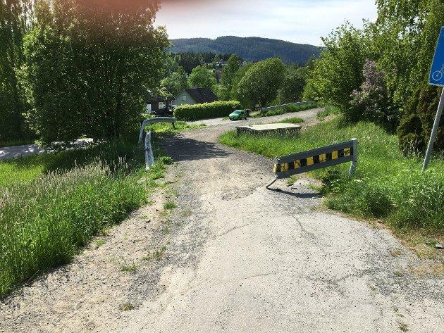 Bildet viser at det er et sterkt behov for at gang/sykkelveien nå settes i stand.