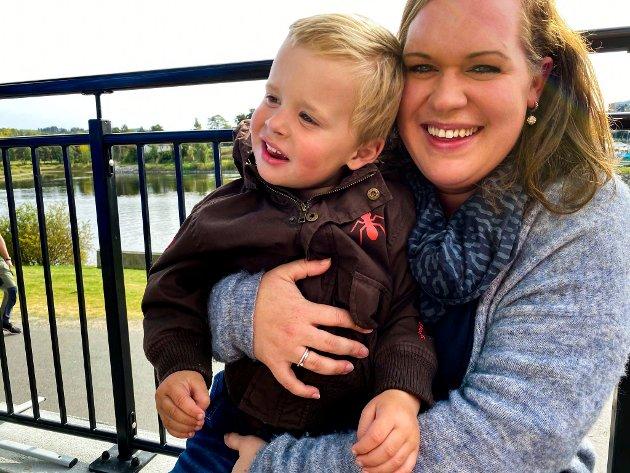Fredrik Elnæs Malisæter (3) sammen med mamma Elisabeth Elnæs (30) fra Jevnaker.  Det er en boost at det skjer noe i disse dager. Vi er på Rockefroskene for første gang og synes det er veldig moro at det er noe som skjer i disse koronatider, sier mamma Elisabeth.