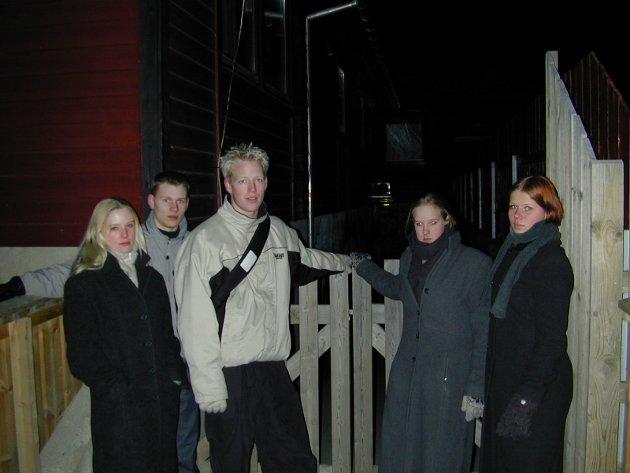 Carina Ringnes, Håvard Hophagen, John Erik Larsen, Marianne Fremstad og Monika Halvorsen protesterer på at Heradsbygda Fritidsklubb stenger på fredager