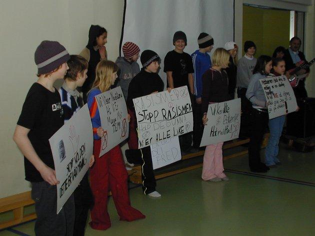 Markering mot rasisme, vold og mobbing på Veien skole. Klasse 7b.