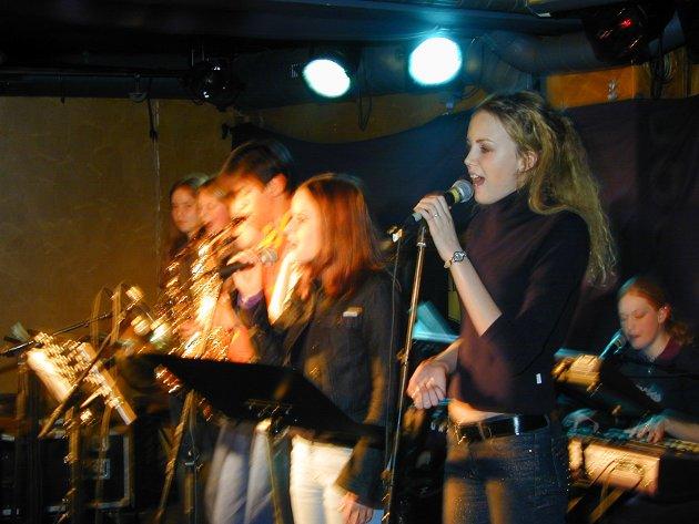 Ringerike videregående skoles musikklinje med konsert på Alfred. Her ser vi Maren Moes Ødegård og Susanna Margula på vokal.