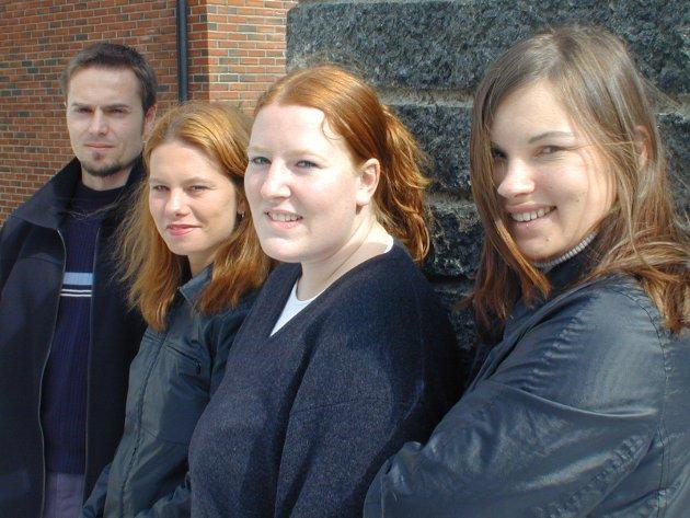 Hege Ballari (nærmest), Janne Gry Olsen, Tonje Elisabeth Teien og Erland Hurum - alle ped-studenter på HiBu - har vært i utlandet og hatt praksis i to uker. Alle fire studerer pedagogikk på Høgskolen i Buskerud (HiBu), og sammen med to andre studenter reiste de til Færøyene, Malta og Danmark for å ha utenlandspraksis.  Olsen og Teien var på Færøyene der de hadde norsk-undervisning for elevene på skolen Føroyar handilsskuli.