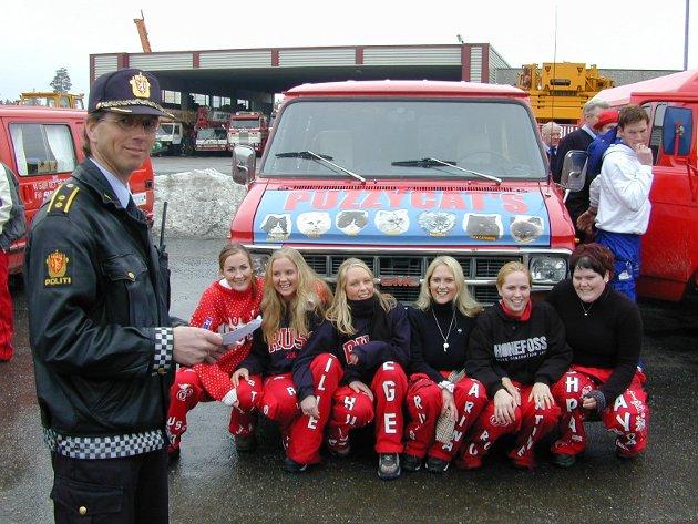 Årets russebil 2001: Eies av Ann-kristin S.Hovde, Cecilie Kristiansen, Hege Sando, Martine Greftegreff, Karina Baggren, May Cathrine Moen og Trine Trostin fra Hønefoss - Espen Sola i politiet er fornøyd. Det skjedde i konkurranse med 32 andre biler fra nedre del av Buskerud. Med søte pusekatter i fronten, leopardskinn i sofaen og tøffe russejenter bak rattet, skåret Puzzycats høyest av alle i kampen om å bli årets russebil. Jentegjengen som eier bilen var i skikkelig seiersrus(s) både over å vite at bilen er trygg og sikker og at de er sikret 3.000 kroner ekstra til årets rusefeiring. - Sikkerhet er viktig, sier Espen Sola i Hønefoss-politiet som ba russen ha det gøy og trivelig i årets russefeiring, men også ta det pent og passe godt på hverandre.