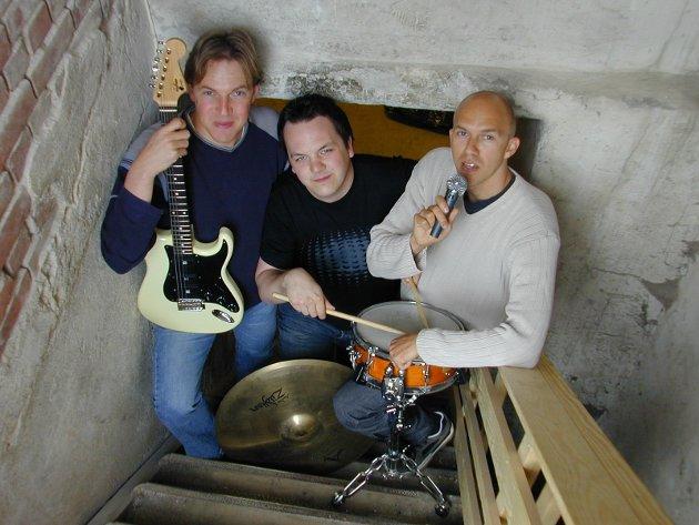 OPP FRA KJELLEREN: Rune Fagereng (til venstre), Sveinung Felberg Johnsen og Remi Fagereng vil ha alle kjellerband opp fra kjelleren og ut på scenen på Alfred. Fredag arrangerer de sommerfest for alle musikere i Ringerike.