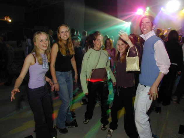 ZOBERZONE 2001: Aldri før har det vært så mange ungdommer på natt til 1. mai-arrangementet ZoberZone som i år. Over 900 ungdommer danset og moret seg på det som har blitt Ringerikes største rusfrie arrangement. - Kjempegøy, roper fem venner gjennom den høye musikken når vi spør hva de synes om ZoberZone i år.   Inger Frøyshov (16), Jorid Martinsen (15), Lene Korneliussen (13), Christina Lunde (12) og Mattis Beyer-Olsen (15) danser seg svette til musikken fra Hønefoss DJ Pool på dansegulvet i Shcjongshallen i Hønefoss.