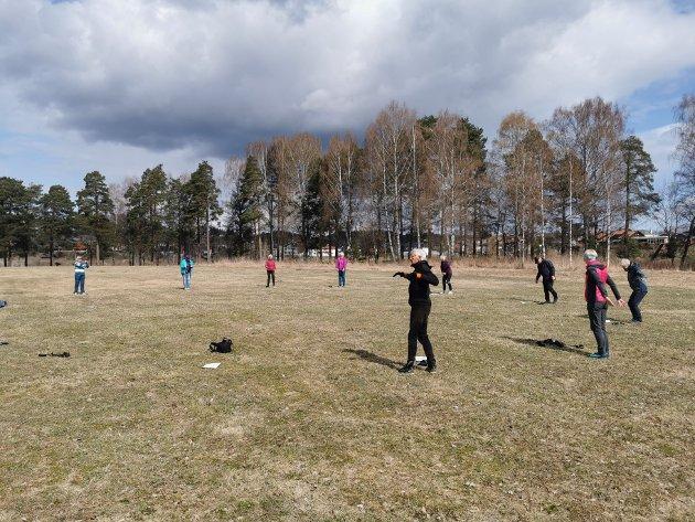 Aktivitetsgruppen i gang med bøy- og tøy øvelser.