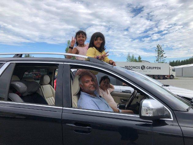 PÅ KINO: Thomas Sutharsan sammen med kona Promila og døtrene Gauri (6) og Gayatri (5). Dette var første gang familien var på drive in kino.